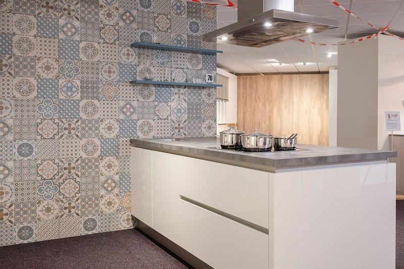 Hoogglans witte greeploze keuken met bar (A76)